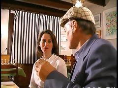 papy baise la serveuse du resto avec le cuisto